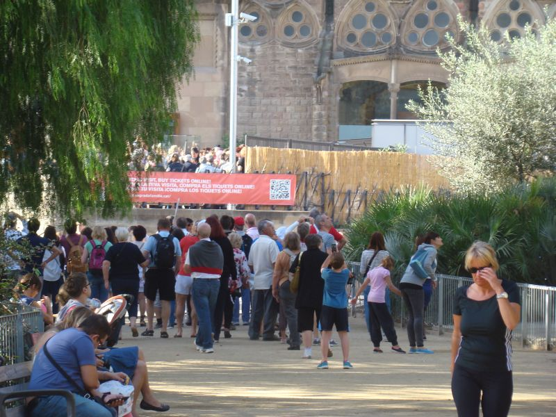 A verly long queue wanting to enter La Sagrada Familia
