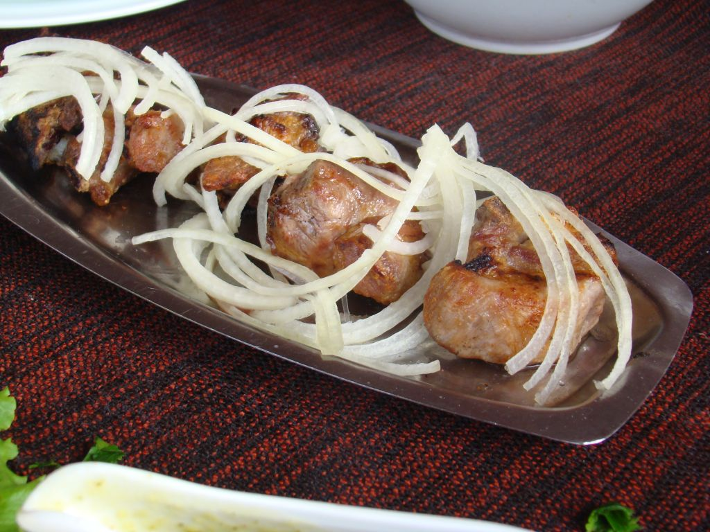 Barbecue with sliced onions