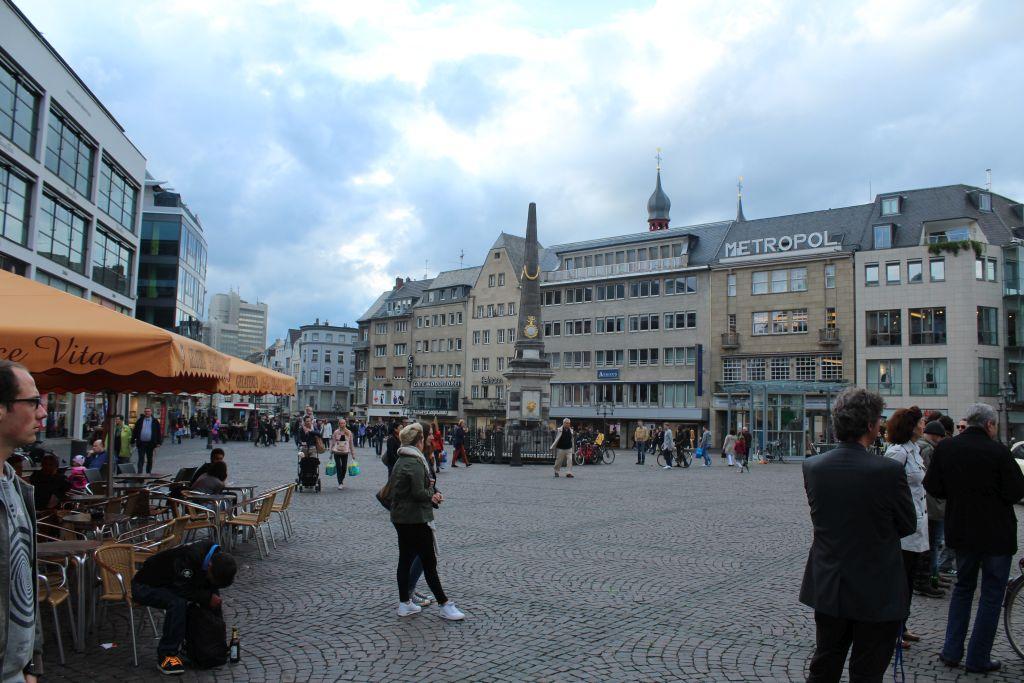 Lively marketplace at Bonn, Germany