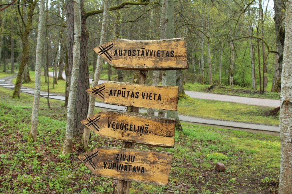 Tourist signs near Kazdanga Mill lake