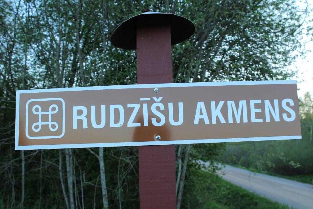 Tourist sign indicating road to Rudzisu stone