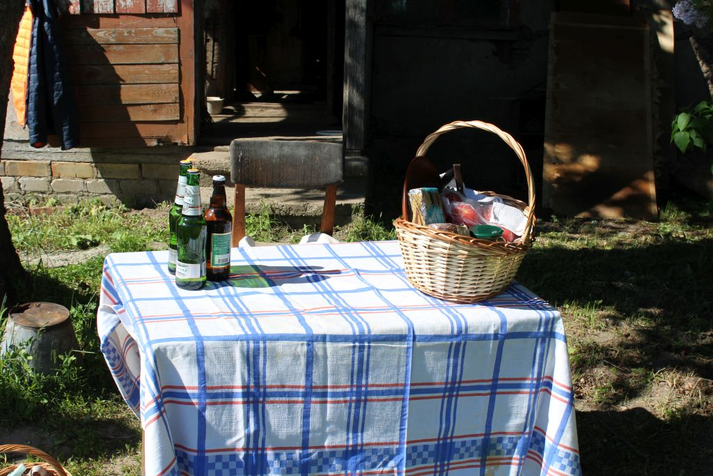 Preparing table for a barbecue set