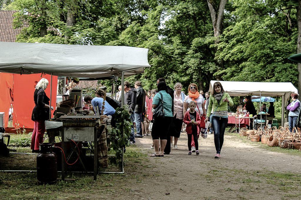 Visitors of Emila market (Edole castle)