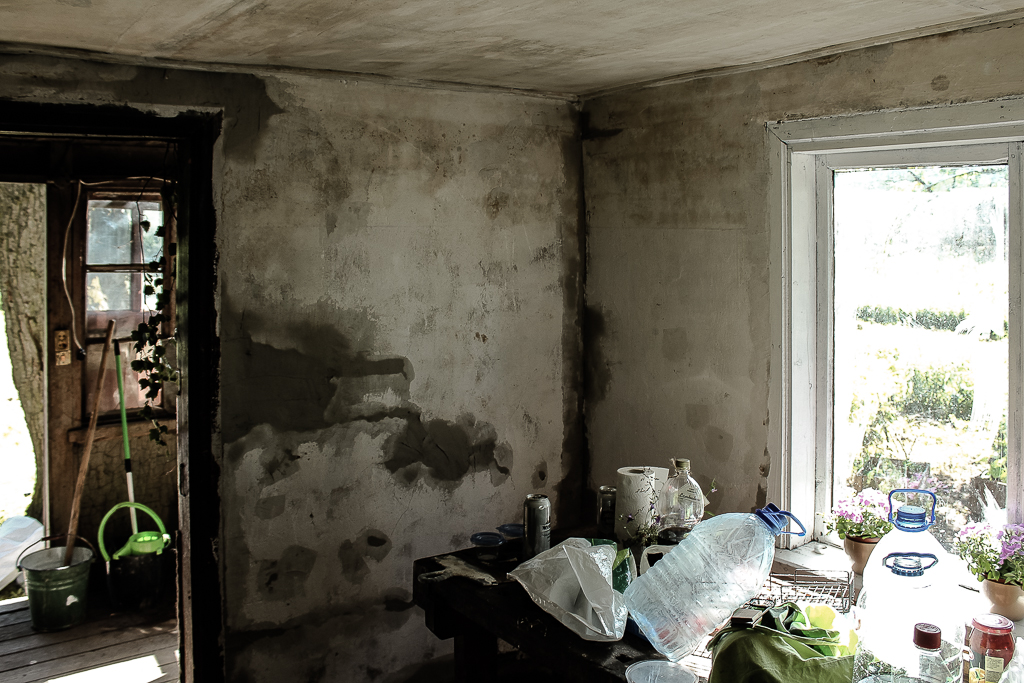 Plastering walls with plaster mixture